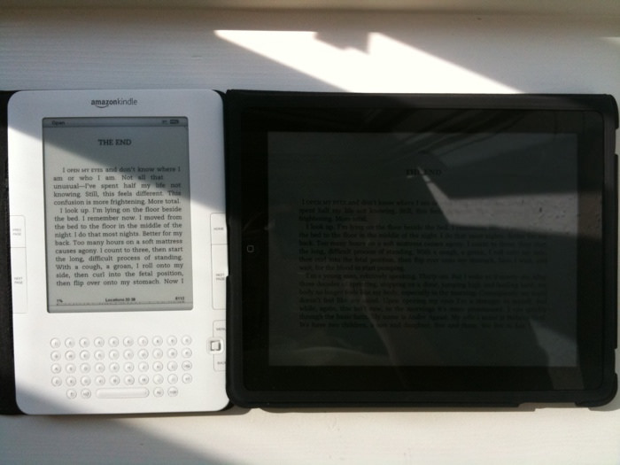 tradycyjne książki a czytnik w słońcu