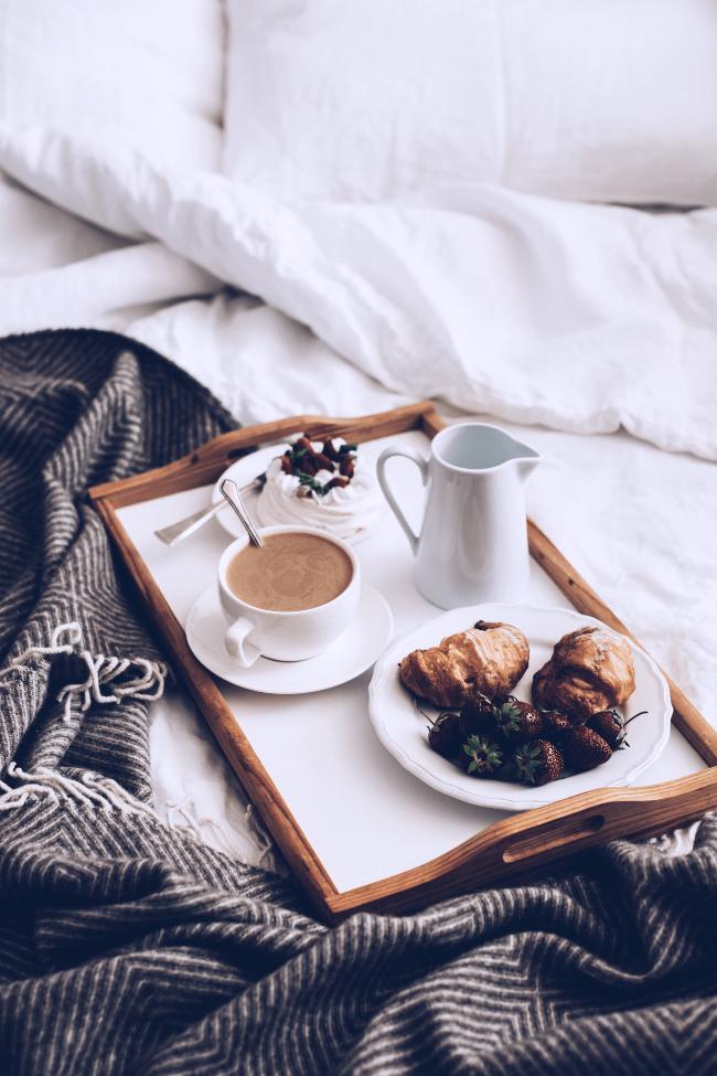 Jak wstawać wcześniej? Porady, jak wcześniej rano wstać z łóżka